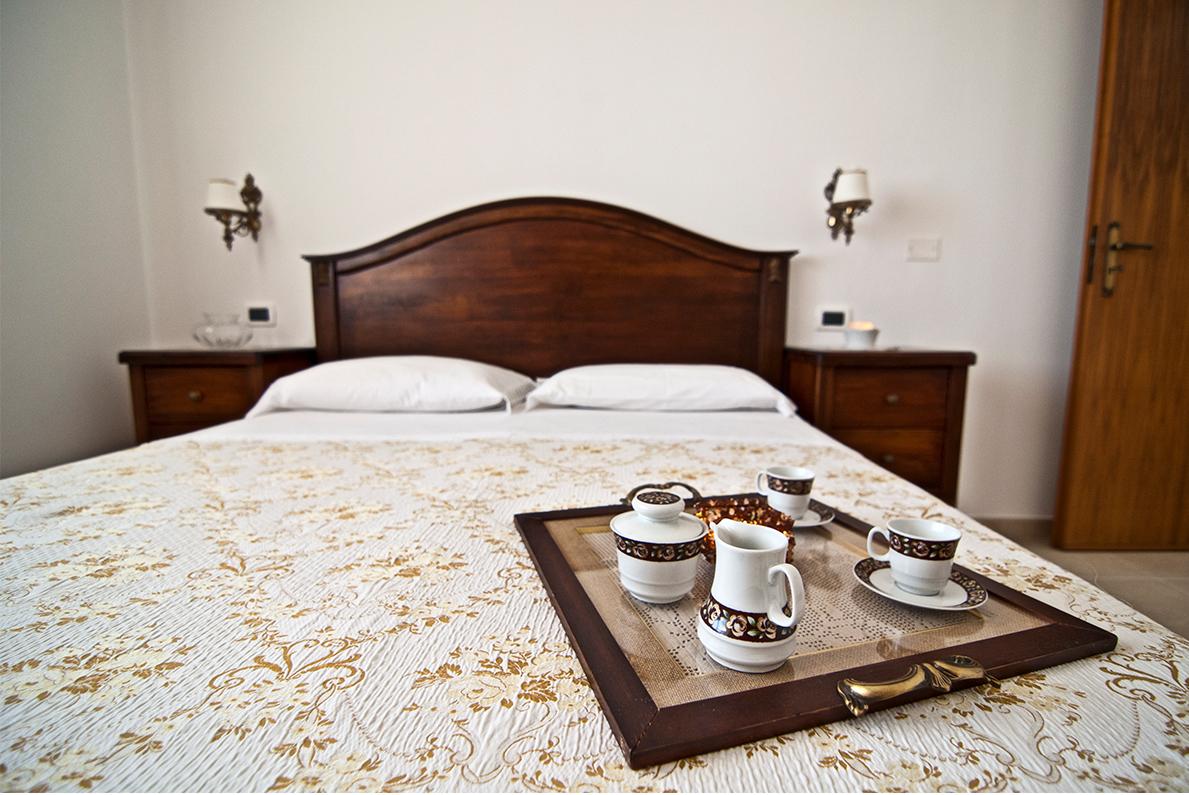 Home Holiday Salento appartamenti in affitto nel Salento camera da letto Camelia Bianca ad Alessano